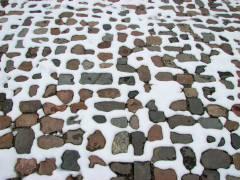 Schnee auf (Pflaster-) Stein