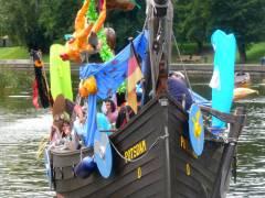 Figurentheater-Aufführung auf einem Boot