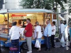 Der immer gut besuchte Wurststand / Wochenmarkt auf dem Klausenerplatz 2002