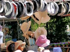Ohne gekommen und mit neuem Hut gegangen - Hutstand auf dem Wochenmarkt Klausenerplatz