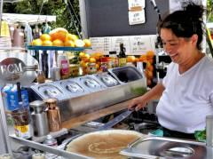 Kaffee, Crêpes, Orangensaft und mehr bietet Ayla Yilmaz auf dem Wochenmarkt Klausenerplatz an