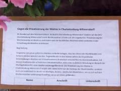 Unterschriftenlisten gegen die Privatiserungspläne des SPD-Stadtrats auf dem Wochenmarkt vom Klausenerplatz