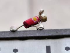Freude und Glück bringendes Korkmännchen (Street-Yogi) auf dem Straßenschild am Rande des Kiezes