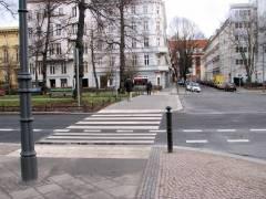 Fußgängerüberweg Schloßstraße - ganz hinten die Eosander-Schinkel-Grundschule in der Nithackstraße