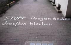 Stopp Drogendealer! (Aufruf im Durchgang zum Ziegenhof)