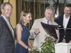 Stolz hält Stadtrat Tom La Bonge neben Kimberly Marteau Emerson den gerade vom Botschafter (links) und Zoodirektor unterzeichneten Vertrag in den Händen. / Foto © Frank Wecker